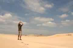 Mens in woestijn royalty-vrije stock afbeelding