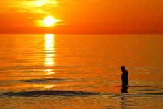 Mens in zonsondergang Royalty-vrije Stock Afbeeldingen