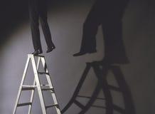 Mens zwak op ladder stock foto's