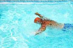 Mens in zwembad Royalty-vrije Stock Afbeeldingen