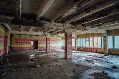 Mensa rovinata per i lavoratori nella pianta abbandonata dell'escavatore di Voronež fotografia stock