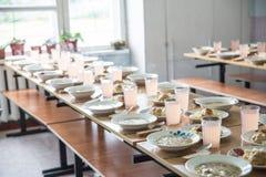 Mensa scolastica, cucinante per il pranzo per gli studenti, scuola rurale fotografia stock