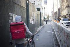 Mensageiro da bicicleta que leva uma entrega em NY foto de stock