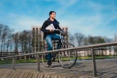 Mensageiro ocasional da bicicleta fotos de stock royalty free
