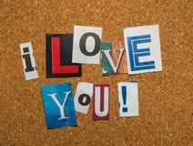 A mensagem - amor de I você com letras do entalhe no corkboard foto de stock