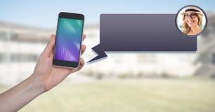 Mensagem App no telefone à disposição com perfil do bate-papo fotografia de stock