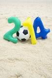 Mensagem 2014 colorida com futebol da bola de futebol na praia Fotos de Stock Royalty Free