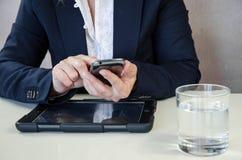 Mensagem concepttyping do negócio no móbil Fotografia de Stock Royalty Free
