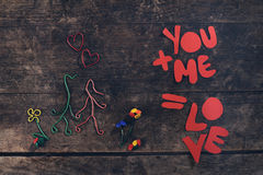 Mensagem criativa do amor, par no amor feito dos clipes de papel Fotos de Stock Royalty Free
