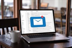 A mensagem da conexão de uma comunicação do correio ao envio pelo correio contacta o conceito global das letras do telefone imagem de stock