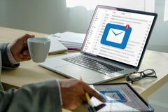 A mensagem da conexão de uma comunicação do correio ao envio pelo correio contacta o conceito global das letras do telefone fotos de stock royalty free