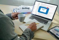 A mensagem da conexão de uma comunicação do correio ao envio pelo correio contacta o conceito global das letras do telefone fotos de stock