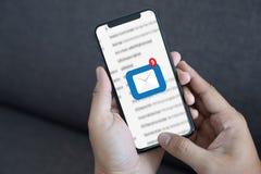 A mensagem da conexão de uma comunicação do correio ao envio pelo correio contacta o telefone imagem de stock royalty free