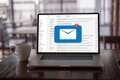 A mensagem da conex?o de uma comunica??o do correio ao envio pelo correio contacta o conceito global das letras do telefone fotografia de stock