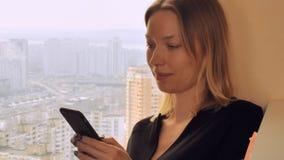 Mensagem da jovem senhora no telefone esperto em casa ou no escritório video estoque