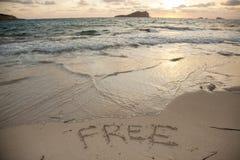 Mensagem da liberdade escrita na areia em um dia de verão Fotos de Stock Royalty Free