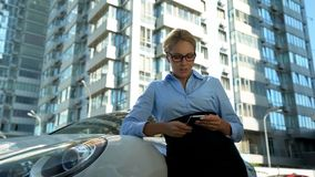 Mensagem das más notícias da leitura da mulher de negócios, irritada sobre o contrato falhado, falência fotografia de stock