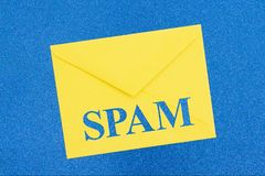Mensagem de advert?ncia do Spam no envelope branco no azul foto de stock royalty free
