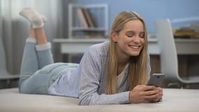 Mensagem de datilografia da menina feliz ao amigo na rede social, primeiro amor na idade adolescente video estoque