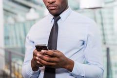 Mensagem de datilografia do homem de negócios Fotografia de Stock