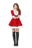 Mensagem de datilografia fêmea alegre entusiasmado de Santa Claus no tela táctil esperto do telefone Fotografia de Stock