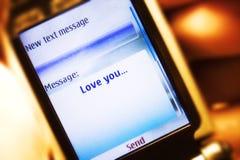Mensagem de Sms no close-up do telefone móvel Imagem de Stock