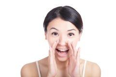 Mensagem de sussurro feliz da mulher nova Fotos de Stock