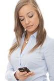 Mensagem de texto bonita da escrita da mulher no móbil Fotografia de Stock