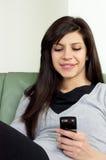 Mensagem de texto bonita da leitura da menina Imagem de Stock Royalty Free