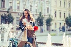 Mensagem de texto de datilografia de sorriso da mulher no telefone esperto imagens de stock royalty free