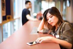 Mensagem de texto de espera da menina triste só do smartphone| Acople separado de se imagens de stock royalty free