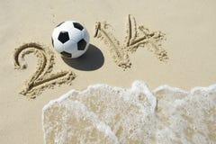 Mensagem 2014 desportiva na areia com a bola de futebol do futebol Fotos de Stock