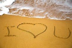 Mensagem do amor escrita na areia Fotografia de Stock Royalty Free
