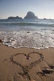 Mensagem do amor escrita na areia em um dia de verão Foto de Stock