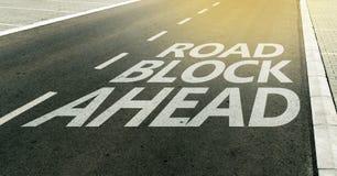 Mensagem do bloco de estrada adiante na pista da estrada Fotografia de Stock