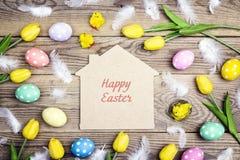 Mensagem do cumprimento da Páscoa no símbolo home com ovos, galinhas a Fotografia de Stock Royalty Free