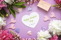 Mensagem do cumprimento do dia do ` s das mulheres com peônias, caixa de presente e decorati Fotografia de Stock
