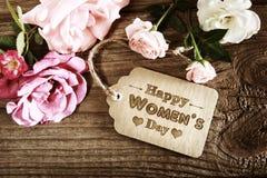 Mensagem do dia das mulheres com as rosas cor-de-rosa rústicas Fotos de Stock Royalty Free