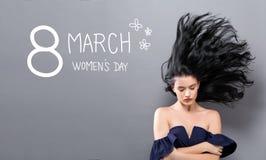 Mensagem do dia das mulheres com a mulher com cabelo de flutuação Imagem de Stock
