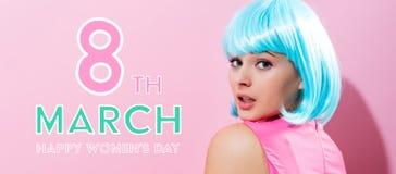Mensagem do dia das mulheres com a mulher com peruca azul Fotos de Stock Royalty Free