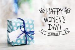 Mensagem do dia das mulheres felizes com caixa de presente Imagem de Stock