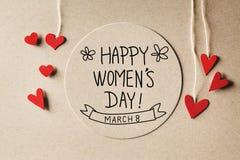 Mensagem do dia das mulheres felizes com corações pequenos Fotos de Stock