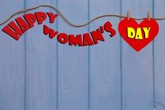 Mensagem do dia do ` s das mulheres com coração de papel vermelho Imagem de Stock Royalty Free