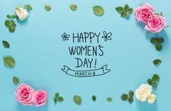 Mensagem do dia do ` s das mulheres com rosas e folhas Fotografia de Stock Royalty Free