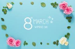 Mensagem do dia do ` s das mulheres com rosas e folhas Foto de Stock