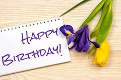 Mensagem do feliz aniversario sobre o cartão com tulipa e íris Imagens de Stock Royalty Free
