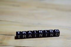Mensagem do treinamento escrita em blocos de madeira imagens de stock royalty free