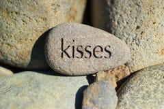 Mensagem dos beijos cinzelada em uma rocha Fotografia de Stock
