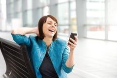 Mensagem e riso de texto da leitura da mulher mais idosa Imagem de Stock