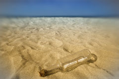 Mensagem em um frasco na areia da praia foto de stock royalty free
